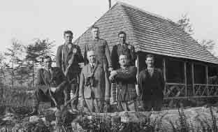 Generál Paulus s doprovodom a uloveným jeleňom pred chatou Zálomka.